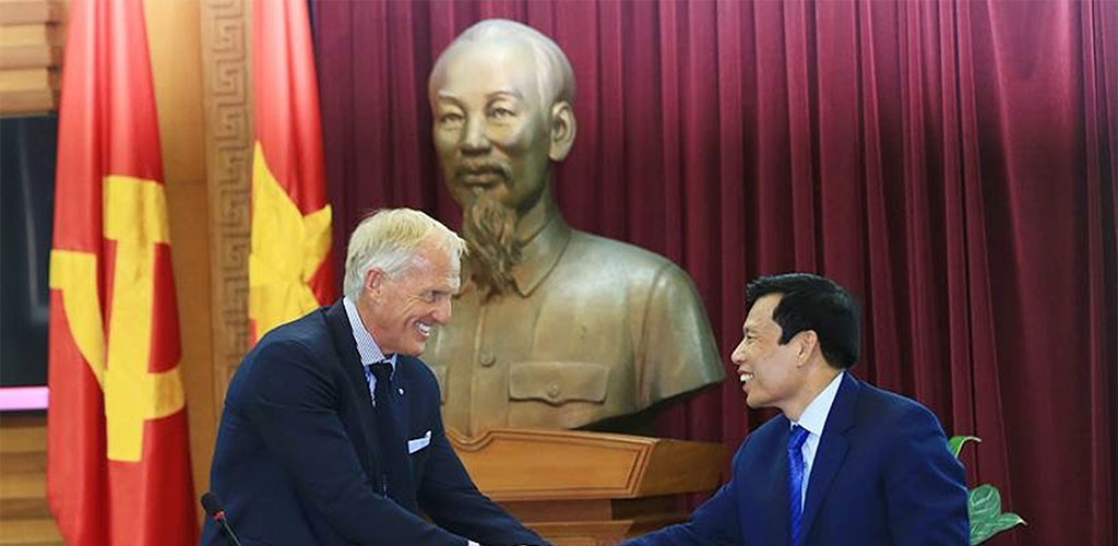 Greg Norman with Minister of Tourism Nguyễn Ngọc Thiện